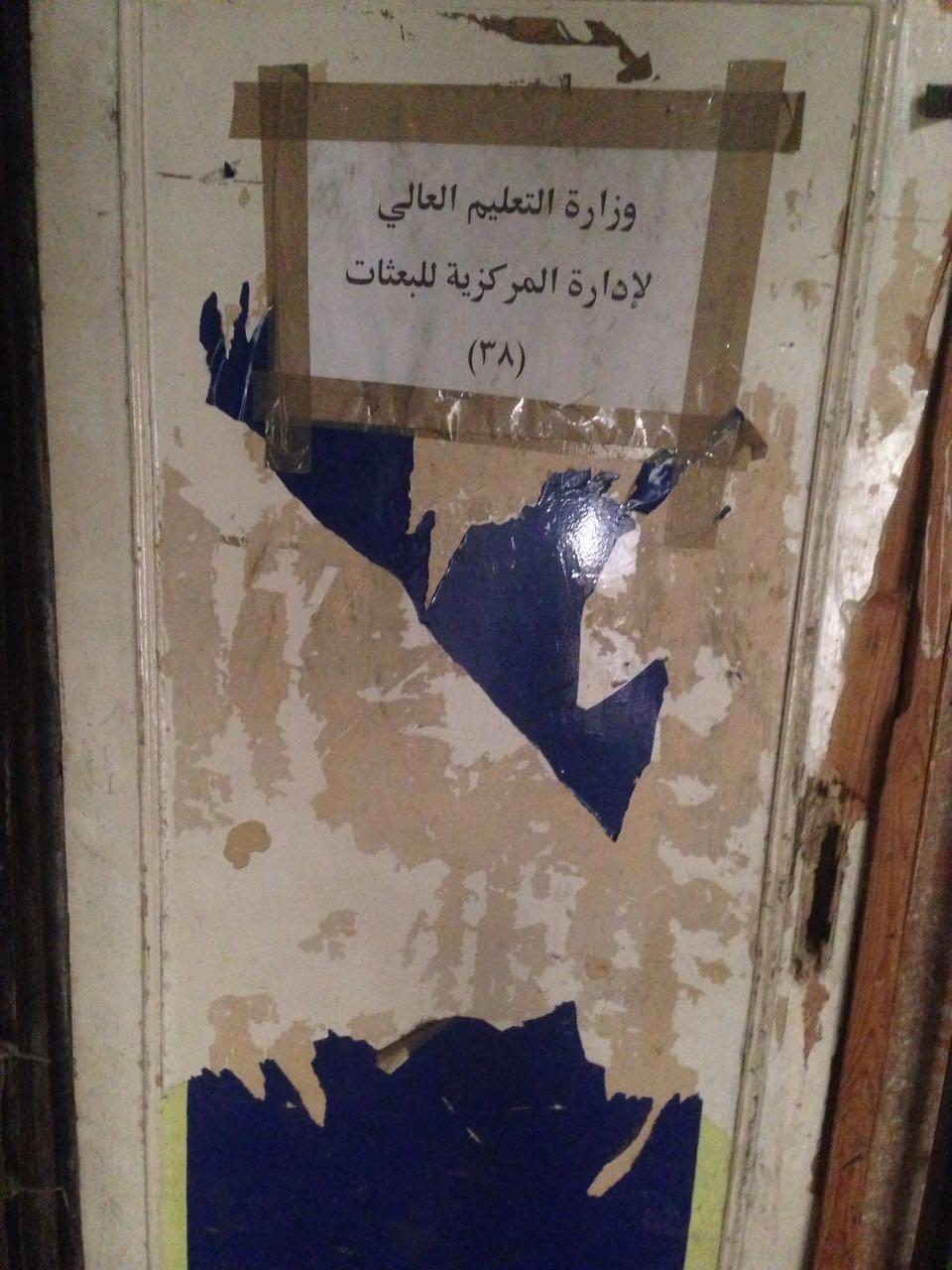 بالصور والفيديو.. أكاديمي يرصد إهمال إدارة البعثات بمجمع التحرير: «زبالة وقطط»