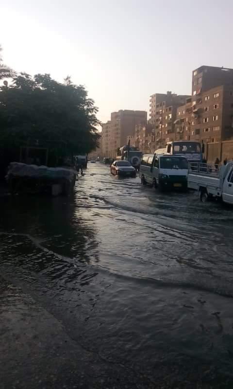 بالصور.. غرق شارع بعين شمس في المجاري.. وشاهد: بسبب سقوط عجوز في بلاعة