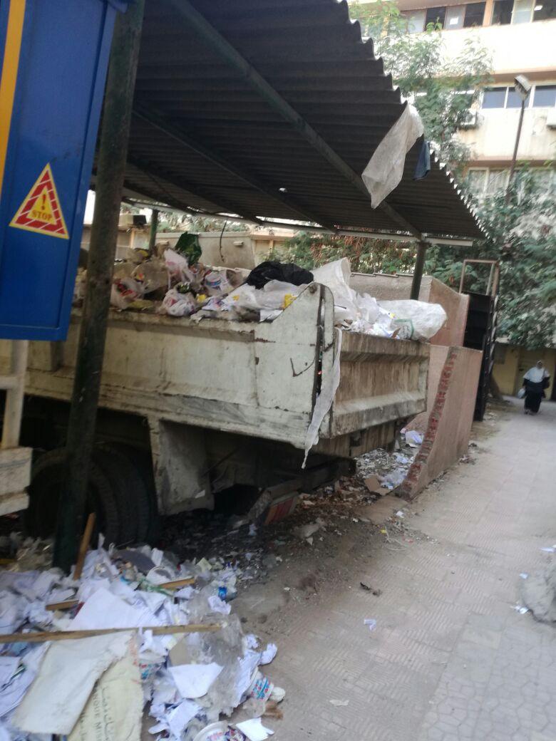 بالصور.. مواطن رصد تكدس المخلفات في مجمع الجيزة