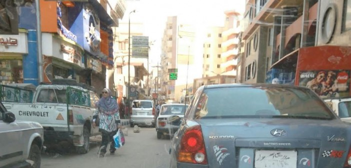 سيارة تسير بلوحات مطموسة في شوارع أسيوط: أين المرور؟ (صورة)