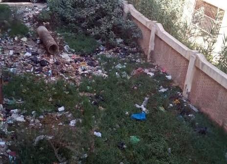 الصرف الصحي يهدد سور المدرسة الإبتدائي «بقرية إنطونيادس» بالسقوط (صور)