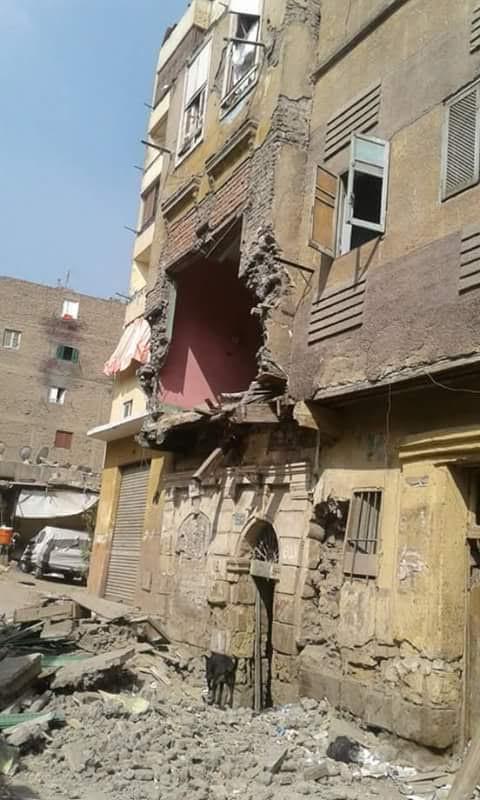 انهيار واجهة أحد المنازل بالسيدة زينب ومسئولي الحي غائبون (صورة)