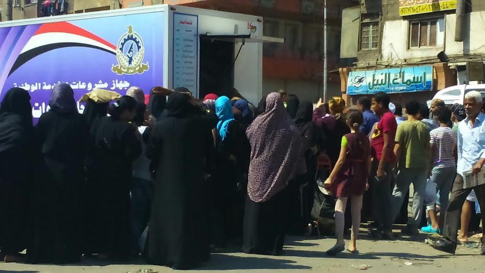 مواطنون يفترشون الأرض بإمبابة في انتظار لحوم القوات المسلحة.. والشوادر مغلقة (صور)