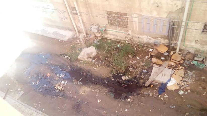 سور المدرسة الإبتدائي بقرية «إنطونيادس» البحيرة آيل للسقوط بسبب طفح الصرف (صور)