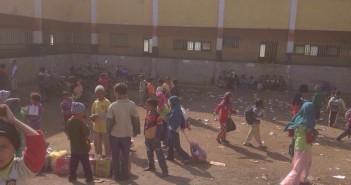 «أهالي العمارنة» يهدون بمنع أولادهم من الدخول للمدرسة إلا بعد فحصها من التعليم (صور)