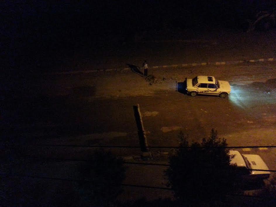 سكان الطوب الرملي يغلقون أحد الشوارع «بمقطورة» اعتراضاً علي وجود «محجر» (صور)