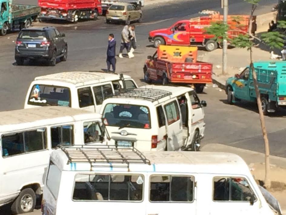 سكان التجمع الخامس يشكون غياب التنظيم المروري وانتشار العشوائيات (صور)