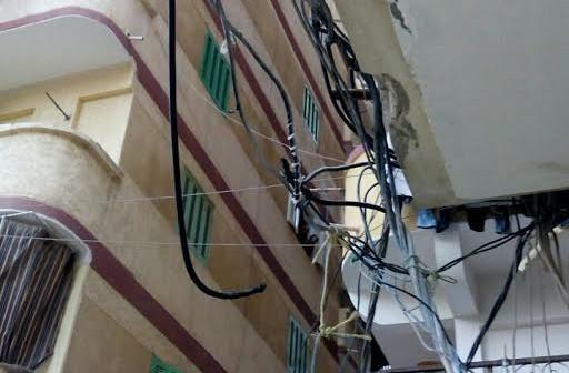 سكان شارع «بالهانوفيل» يشكون اشتعال كابلات الكهرباء: «في انتظار الكارثة» (صور)