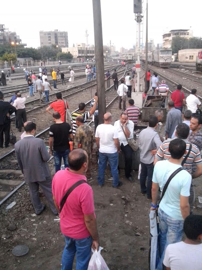 مواطنون على قضبان قطار بيلاً: زهقنا من التأخير كل يوم