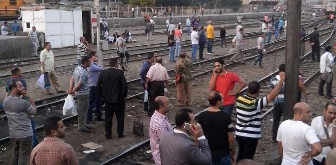 📸ركاب قطار بيلا على القضبان: تعبنا من التأخير يوميًا (صور)