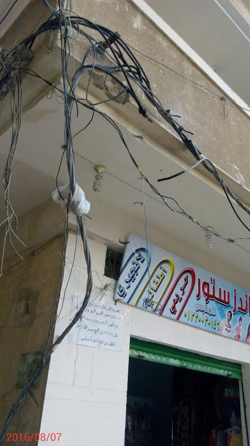 سكان شارع «بالهانوفيل» يشكون اشتعال كابلات الكهرباء وتجاهل المسئولين إصلاحها (صور)