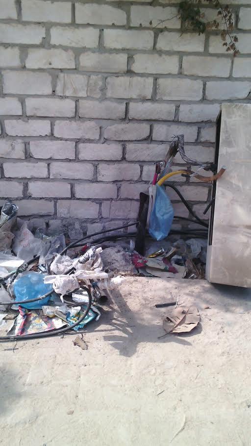 سكان حي العجمي يشكون ترك أسلاك الكهرباء مكشوفة: دعوة للموت (صور)