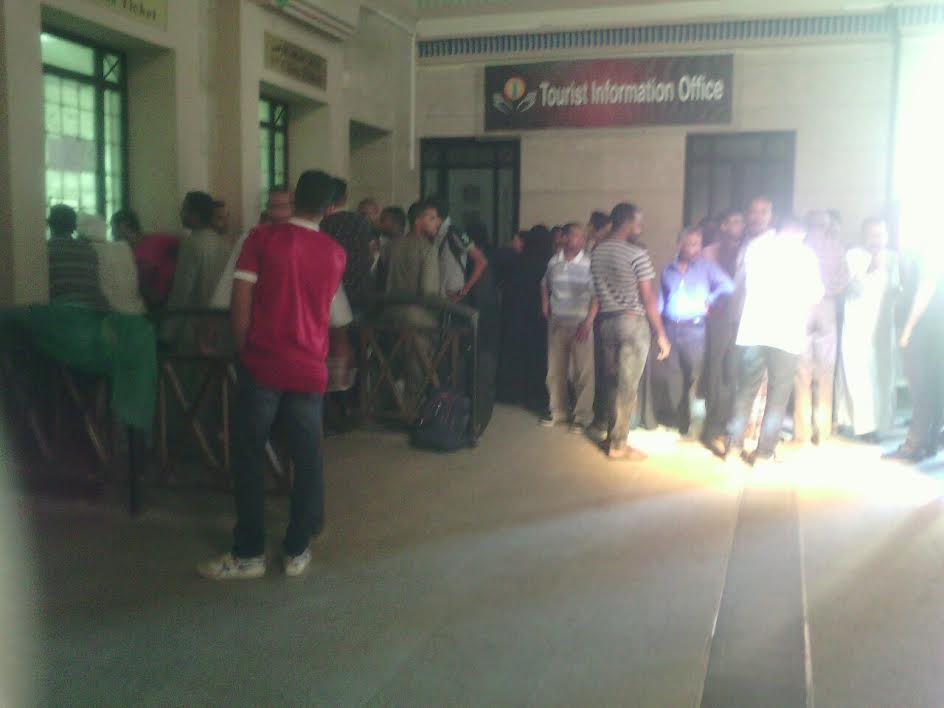 بالصور.. تكدس عشرات المواطنين على حجز تذكرة قطار بالأقصر.. «ربنا يرحمنا»
