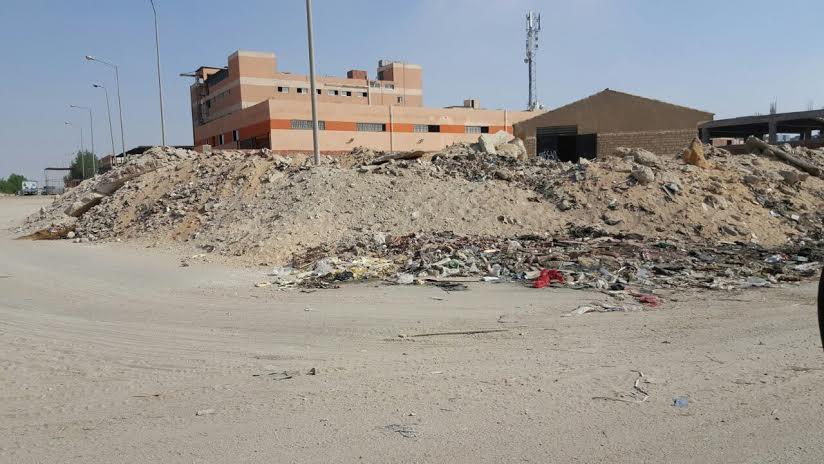 مواطن يشكو انتشار الباعة الجالين ومخلفات البناء بالمنطقة الصناعية 6 أكتوبر (صور)