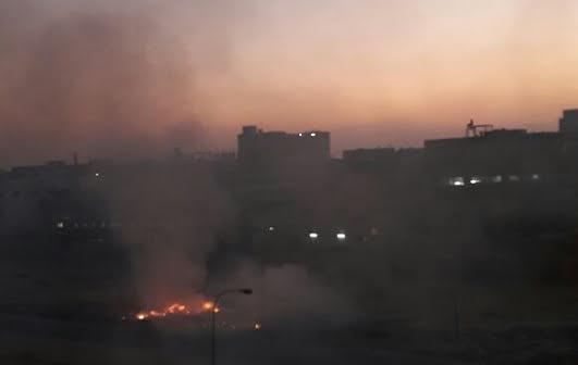 صور | دخان حرق القمامة ومخلفات المصانع تخنق سكان مدينة النهضة
