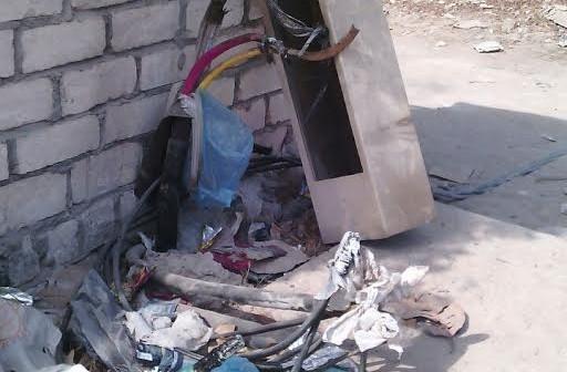 أسلاك ضغط عالي للكهرباء مكشوفة بالعجمي: دعوة للموت (صور)