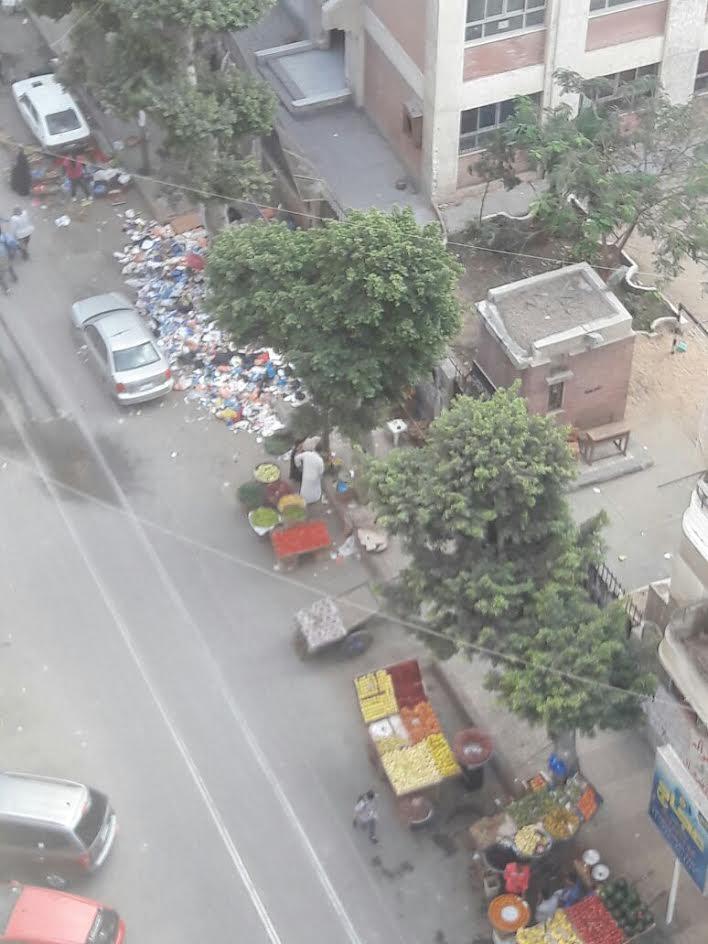 سكان «محرم بك» بالإسكندرية يشكون انتشار القمامة والباعة الجائلين بالشوارع (صور)