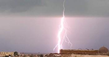 بالصور.. موجة من البرق والرعد مصحوبة بسقوط أمطار في مدينة الطور