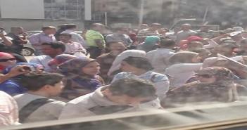 بالصور.. أولياء أمور يقطعون شارع الهرم لعدم قبول أبنائهم بالمدارس التجريبية
