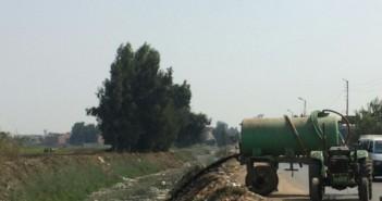 تفريغ مياه الصرف في إحدى القنوات المائية على طريق طنطا ـ السنطة بالغربية (صورة)
