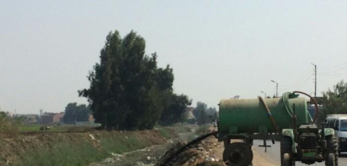 تفريغ مياه الصرف في قناة مائية على طريق طنطا ـ السنطة بالغربية (صورة)