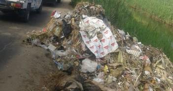 تجمعات للقمامة على طريق شباس الملح ـ دسوق وسط اتهامات لمسؤولين بإلقائها عليه