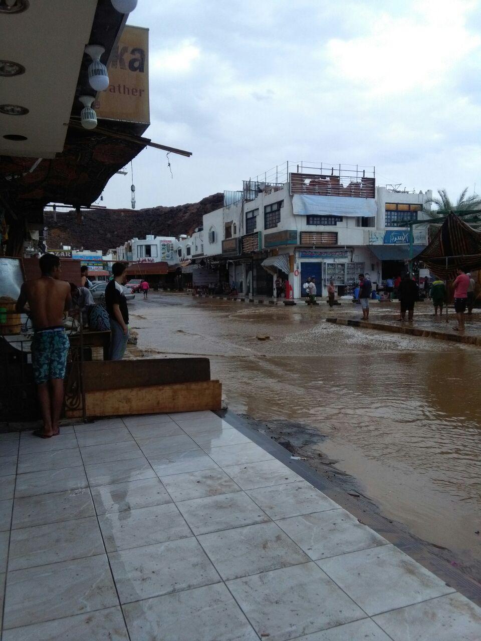 بالصور والفيديو.. سقوط أمطار غزيرة وسيول جارفة في شرم الشيخ