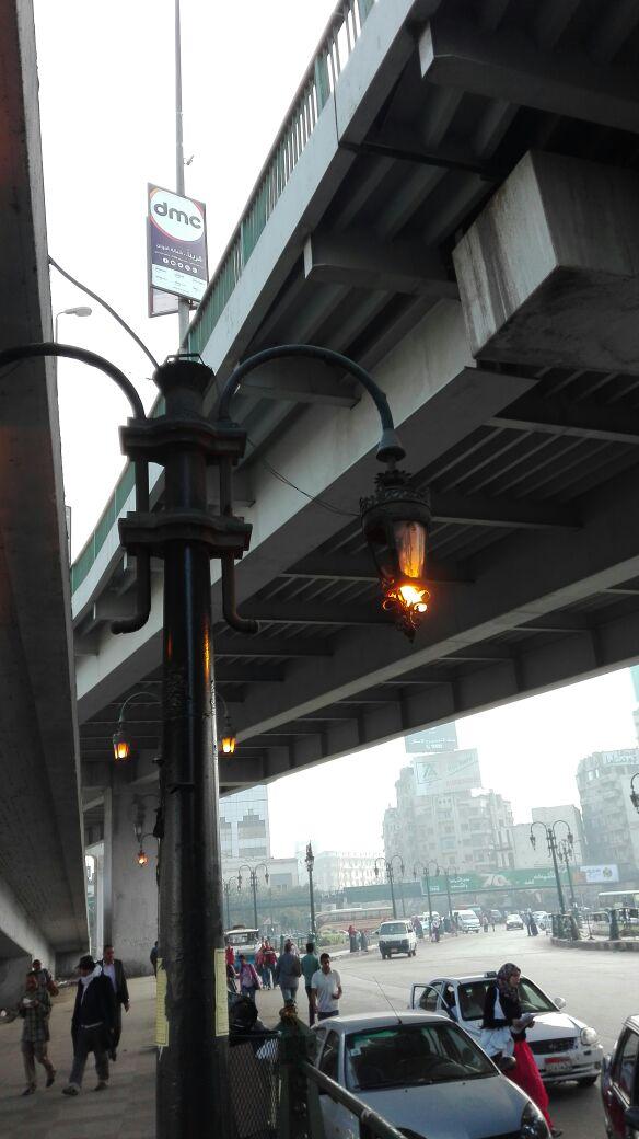 أعمدة الإنارة بميدان رمسيس مضاءة في وقت النهار (صورة)