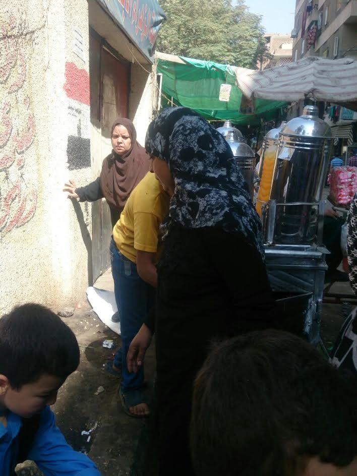 أهالي عين شمس يشكون انتشار الباعة الجائلين أمام المدارس ويطالبون بنقلهم (صور)
