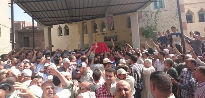 أهالي الرحمانية يشيعون جثمان شهيد الشرطة.. واستنفار أمني بالبحيرة (صور)