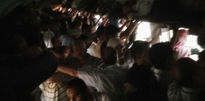 بالصورة.. الظلام يخيم على قطار رمسيس – منوف.. وتأخر تحركه 45 دقيقة
