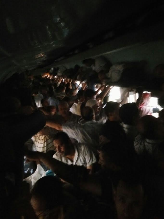 ركاب قطار (رمسيس - منوف) يشكون الظلام والزحام والتأخير (صورة)