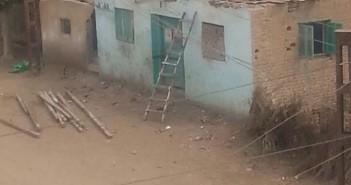 لوزير التعليم| أهالي«عزبة بلال» يرممون المدرسة بالخشب والتراب خوفاً من الشتاء (صور)