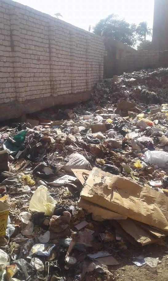 أكوام القمامة تحاصر«بيت ثقافة العسيرات»..والمسئولون غائبون (صور)