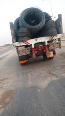 سيارة في طريق الواحات تهدد بوقوع كارثة بسبب حمولة حديد (صورة)