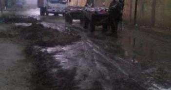 انفجار ماسورة منذ 4 أيام يُغرق شوارع قرية «بلفيا».. والأهالي: «محدش سأل» (صور)