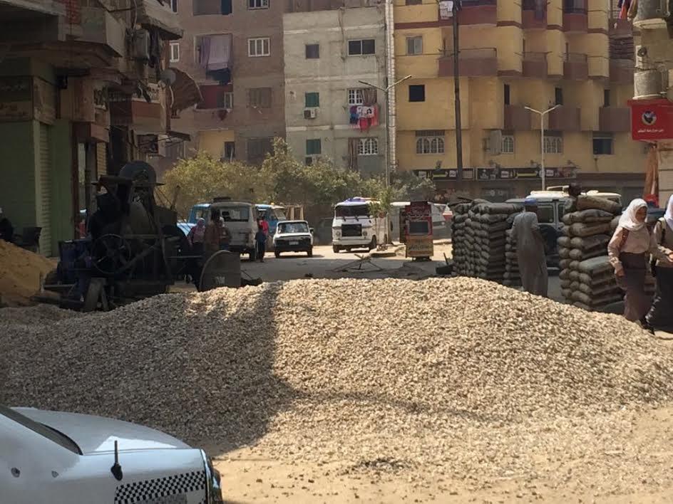 مواد البناء تغلق «شارع العشرين» وسط استياء من الأهالي وغياب المحليات (صور)