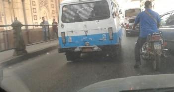 سيارة بلوحات معدنية مطموسة تسير في شارع رمسيس (صور)
