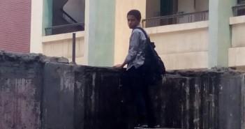 بالصور.. طالب يهرب من اليوم الدراسي بالقفز من فوق سور مدرسة بـ«طنطا»