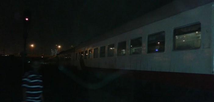 بالصور والفيديو.. تعطل قطار القاهرة ـ أسيوط.. وركابه عالقون عَ القضبان