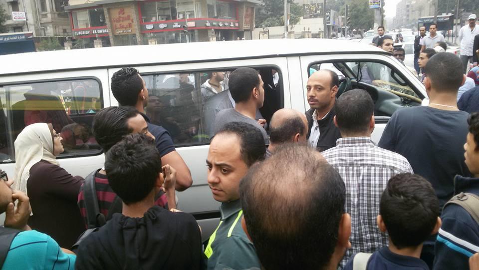 بالصور والفيديو.. شهود عيان: أمين شرطة قتل طالبًا بعدما دهسه بميكروباص في روكسي
