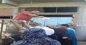 بالصورة.. توزيع السكر في قرى دمياط عبر سيارات جمع القمامة