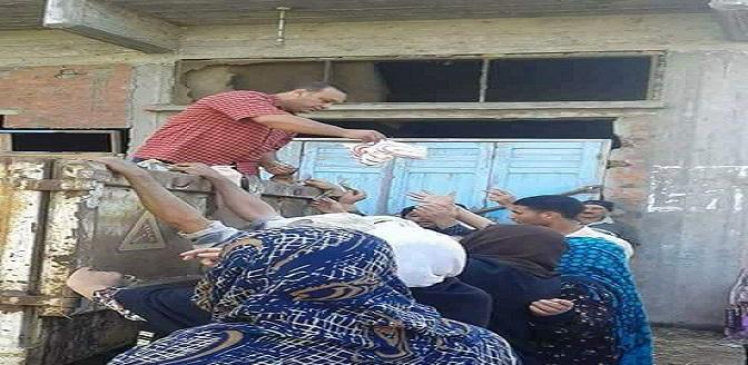 بالصورة.. توزيع السكر المدعم في قرى بدمياط عبر سيارات جمع القمامة