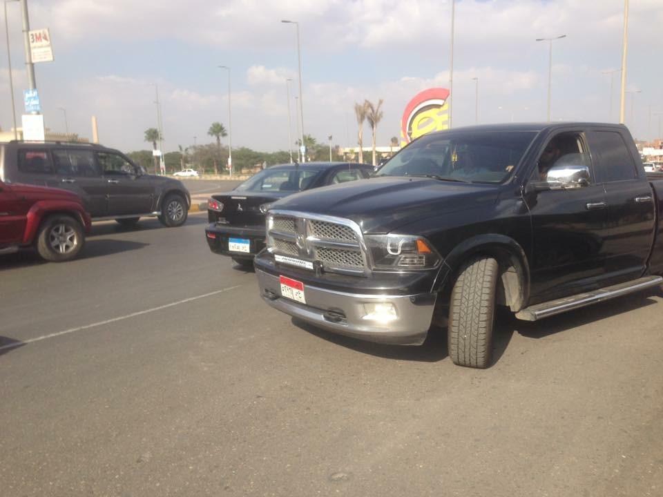 سيارة تسير في الاتجاه المخالف أمام جهاز مدينة 6 أكتوبر دون توقيفها (صورة)
