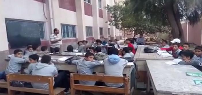 ▶️قبل الشتا.. تلاميذ بكفر الشيخ يدرسون في فصول «طائرة» بالعراء (فيديو)