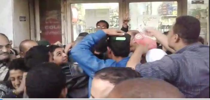 زحام ومشاجرات بين مواطنين بالسيدة زينب للحصول على كيلو سكر (فيديو)