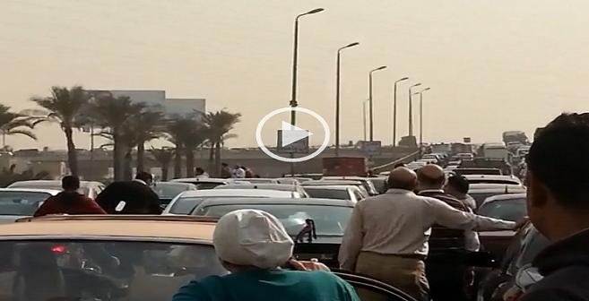 فيديو| «مرور موكب» يشل الحركة على كوبري الشهيد بالتجمع الخامس