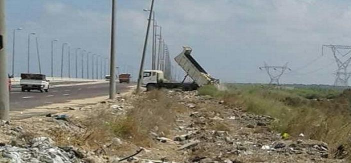 سيارة جمع القمامة «الحكومية» تفرغ حمولتها في بحيرة إدكو (صورة)