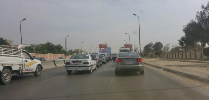 رواد طريق القاهرة ـ السويس يحذرون من هبوط أرضي بعد نزلة كوبري الجيش (صور)