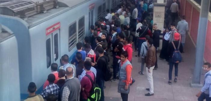 ركاب: المترو بطىء في ساعات الذروة الصباحية.. ولا يستجيب لشكوانا (صور)